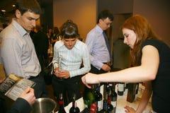 Συμμετέχοντες και επισκέπτες στην επιχειρησιακή έκθεση των κατασκευαστών και των προμηθευτών των ιταλικών κρασιών και των τροφίμω Στοκ Φωτογραφία