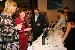Συμμετέχοντες και επισκέπτες στην επιχειρησιακή έκθεση των κατασκευαστών και των προμηθευτών των ιταλικών κρασιών και των τροφίμω Στοκ εικόνα με δικαίωμα ελεύθερης χρήσης