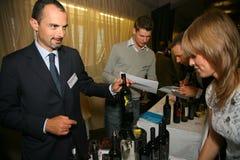 Συμμετέχοντες και επισκέπτες στην επιχειρησιακή έκθεση των κατασκευαστών και των προμηθευτών των ιταλικών κρασιών και των τροφίμω Στοκ φωτογραφίες με δικαίωμα ελεύθερης χρήσης