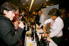 Συμμετέχοντες και επισκέπτες στην επιχειρησιακή έκθεση των κατασκευαστών και των προμηθευτών των ιταλικών κρασιών και των τροφίμω Στοκ Εικόνες