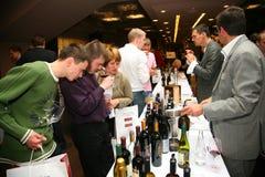 Συμμετέχοντες και επισκέπτες στην επιχειρησιακή έκθεση των κατασκευαστών και των προμηθευτών των ιταλικών κρασιών και των τροφίμω Στοκ Φωτογραφίες