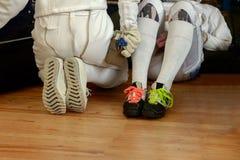 Συμμετέχοντες κοριτσιών στους ανταγωνισμούς περίφραξης στο υπόλοιπο ξιφών μεταξύ των ανταγωνισμών Στοκ Εικόνες