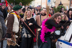 Συμμετέχοντες μιας ντυμένης με κοστούμι παρέλασης στις οδούς Mala Strana στο carodejnice ` νύχτας ` καψίματος μαγισσών στοκ φωτογραφία με δικαίωμα ελεύθερης χρήσης