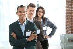 Συμμετέχοντες της διάσκεψης με τα κενά διακριτικά στοκ εικόνες