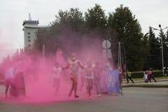 Συμμετέχοντες Holi που οργανώνεται σε Daugavpils Στοκ Φωτογραφίες