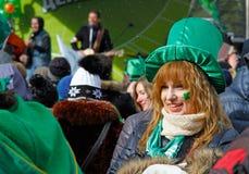 Συμμετέχων στην παρέλαση ημέρας του ST Πάτρικ ` s στο ιρλανδικό καπέλο και με το τριφύλλι κάτω από το μάτι της Στοκ εικόνες με δικαίωμα ελεύθερης χρήσης