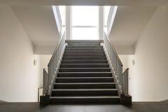 Συμμετρικά σκαλοπάτια εσωτερικά Στοκ Φωτογραφίες
