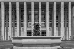 Συμμετρική γραπτή εικόνα ενός πολύ μεγάλου κτηρίου Στοκ Φωτογραφίες