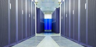 Συμμετρικό φουτουριστικό σύγχρονο δωμάτιο κεντρικών υπολογιστών στο κέντρο δεδομένων με Στοκ εικόνες με δικαίωμα ελεύθερης χρήσης