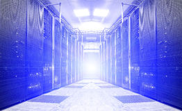 Συμμετρικό φουτουριστικό σύγχρονο δωμάτιο κεντρικών υπολογιστών στο κέντρο δεδομένων με ένα φωτεινό φως Στοκ εικόνες με δικαίωμα ελεύθερης χρήσης