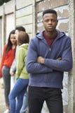 Συμμορία των εφήβων που κρεμούν έξω στο αστικό περιβάλλον στοκ φωτογραφίες με δικαίωμα ελεύθερης χρήσης