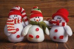 Συμμορία των Χριστουγέννων τρία snowmens στα καπέλα και τα μαντίλι Νέα παιχνίδια έτους ` s Στοκ Εικόνες