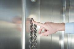 Συμπίεση του κουμπιού στον ανελκυστήρα Στοκ φωτογραφίες με δικαίωμα ελεύθερης χρήσης