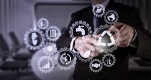 Συμπίεση χεριών επιχειρηματιών ένα φανταστικό κουμπί Στοκ Φωτογραφία