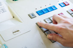 Συμπίεση χεριών κινηματογραφήσεων σε πρώτο πλάνο ένα κλειδί του καταλόγου μετρητών στοκ εικόνες