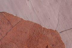Συμπαγής τοίχος με το παλαιό ασβεστοκονίαμα που πελεκιέται, υπόβαθρο σύστασης Στοκ εικόνες με δικαίωμα ελεύθερης χρήσης