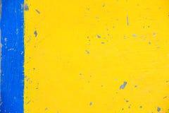 Συμπαγής τοίχος που χρωματίζεται στα χρώματα κίτρινος και μπλε στοκ εικόνες με δικαίωμα ελεύθερης χρήσης