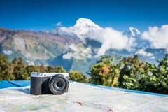 Συμπαγής ψηφιακή κάμερα μπροστά από την όμορφη θέα βουνού, Anna στοκ εικόνες