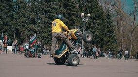 Συμπαθητικά οπίσθια τμήματα μοτοσικλετών ATV Δροσίστε το τέχνασμα στο άνοιγμα της εποχής ποδηλάτων απόθεμα βίντεο
