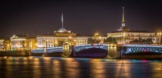 συμπαθητική όψη της Πετρούπολης Ρωσία ST παλατιών νύχτας γεφυρών Στοκ Φωτογραφία