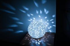Συμπεριλαμβανόμενη σφαίρα λαμπτήρων στον πίνακα στην κουζίνα με το μπλε φως Στοκ εικόνα με δικαίωμα ελεύθερης χρήσης