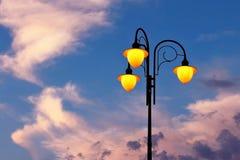 Συμπεριλαμβανόμενος λαμπτήρας οδών ενάντια στον ουρανό Στοκ Εικόνα