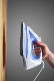 Συμπεριλαμβανόμενος σίδηρος σε έναν ξύλινο πίνακα στοκ φωτογραφίες