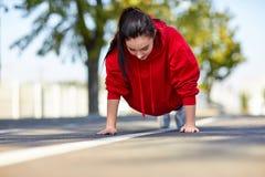 Συμπιέσεις κοριτσιών από το πάτωμα στην οδό στοκ εικόνες με δικαίωμα ελεύθερης χρήσης