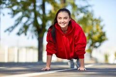 Συμπιέσεις κοριτσιών από το πάτωμα στην οδό στοκ φωτογραφία με δικαίωμα ελεύθερης χρήσης