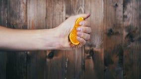 Συμπιέστε το χυμό από το πορτοκάλι με το χέρι κίνηση αργή απόθεμα βίντεο