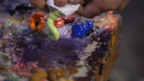 Συμπιεσμένος έξω στα γραφικά χρώματα ενός παλετών πετρελαίου από έναν ανοικτό σωλήνα απόθεμα βίντεο