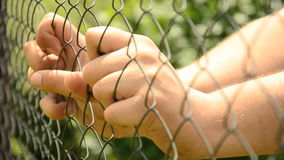 Συμπιεσμένος χέρια φράκτης μετάλλων Βοηθήστε το πρόσωπο Ξεσπάστε φιλμ μικρού μήκους