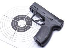 Συμπιεσμένο αεροβόλο πιστόλι που πυροβολεί τους σβόλους για την αθλητική πρακτική στοκ εικόνα με δικαίωμα ελεύθερης χρήσης