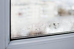 Συμπύκνωμα σε ένα πλαστικό παράθυρο στοκ φωτογραφία