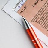 Συμπληρώνοντας το μεμονωμένο φόρο στιλβωτικής ουσίας διαμορφώστε κοίλωμα-37 για το έτος 2013 Στοκ εικόνες με δικαίωμα ελεύθερης χρήσης
