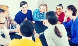 Συμφοιτητές που παίζουν εικασία-ποιων παιχνίδι στοκ εικόνες