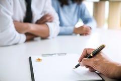 Συμφωνία που προετοιμάζεται από το δικηγόρο που υπογράφει το διάταγμα του διαζυγίου dissolut στοκ εικόνες