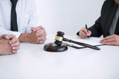 Συμφωνία που προετοιμάζεται από το δικηγόρο που υπογράφει το διάταγμα του διαζυγίου dissolut στοκ εικόνες με δικαίωμα ελεύθερης χρήσης