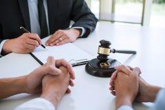 Συμφωνία που προετοιμάζεται από το δικηγόρο που υπογράφει το διάταγμα του διαζυγίου dissolut στοκ φωτογραφία με δικαίωμα ελεύθερης χρήσης