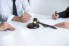 Συμφωνία που προετοιμάζεται από το δικηγόρο που υπογράφουν το διάταγμα της διάλυσης διαζυγίου ή της ακύρωσης του γάμου, το σύζυγο στοκ φωτογραφίες με δικαίωμα ελεύθερης χρήσης
