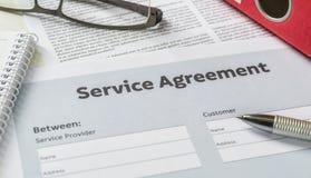 Συμφωνία υπηρεσιών με μια μάνδρα για ένα γραφείο στοκ φωτογραφία με δικαίωμα ελεύθερης χρήσης