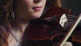Συμφωνική ορχήστρα, επαγγελματικό παιχνίδι μουσικών στο βιολί σε φιλαρμονικό φιλμ μικρού μήκους