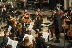 Συμφωνική ορχήστρα στη σκηνή Παιχνίδια ομάδας βιολιών Στοκ εικόνα με δικαίωμα ελεύθερης χρήσης