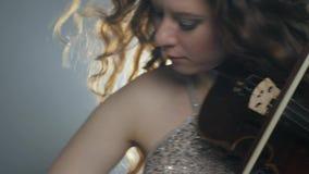 Συμφωνική ορχήστρα, fiddler παίζοντας στο βιολί στη συναυλία φιλμ μικρού μήκους