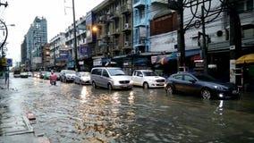 Συμφόρηση που προκαλείται κυκλοφοριακή από την πλημμύρα βροχής φιλμ μικρού μήκους