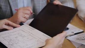 Συνάδελφοι ενός κατασκευαστικού εταιρεία σε μια επιχειρησιακή συνεδρίαση Συζήτηση της επιχειρησιακής στρατηγικής Σχέδιο εργασίας φιλμ μικρού μήκους