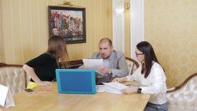 Συνάδελφοι ενός κατασκευαστικού εταιρεία σε μια επιχειρησιακή συνεδρίαση Συζήτηση της επιχειρησιακής στρατηγικής Σχέδιο εργασίας απόθεμα βίντεο