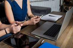 Συνάδελφοι που ελέγχουν το ηλεκτρονικό ταχυδρομείο στα τηλέφωνα κυττάρων κατά τη διάρκεια του σπασίματος εργασίας στοκ εικόνες με δικαίωμα ελεύθερης χρήσης