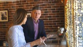 Συνάδελφοι που εργάζονται μαζί σε έναν καφέ στον υπολογιστή φιλμ μικρού μήκους