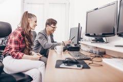 Συνάδελφοι που εργάζονται στον υπολογιστή γραφείου στοκ φωτογραφίες